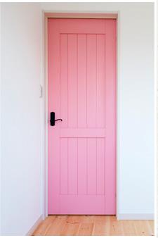 明るいピンクの扉