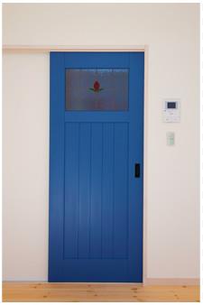鮮やかな青い扉